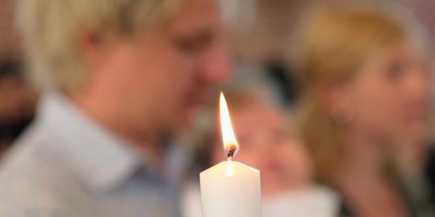 Das Bild zeigt eine Momentaufnahme eines Taufgottesdienstes
