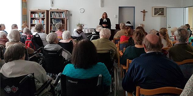Pfarrerin Nina Lubomierski beim Gottesdienst in einem Seniorenzentrum in Landshut
