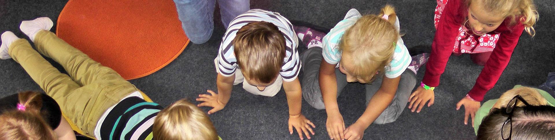 Kinder am Boden sitzend von oben ,© cc0