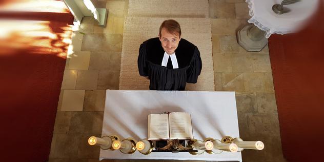 Pfarrer Alexander Seidel am Altar