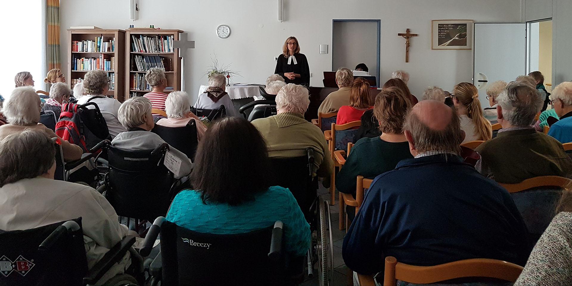Die ehemalige Altenheimseelsorgerin und jetzige Dekanin Nina Lubomierski beim Gottesdienst in einem Seniorenzentrum in Landshut